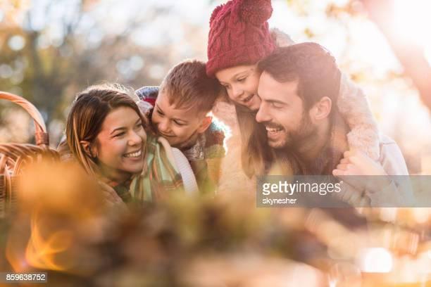 junge entspannt familiäre kommunikation in herbsttag im park. - familie mit zwei kindern stock-fotos und bilder