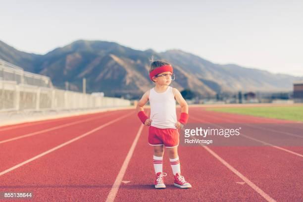 Instructor Fitness y atleta joven Retro