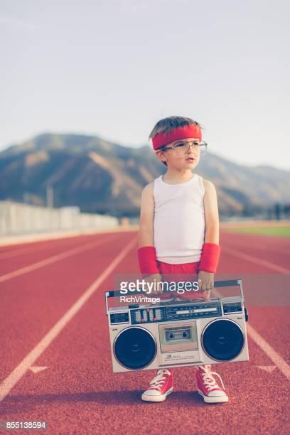 Chico joven Fitness Retro escuchando música
