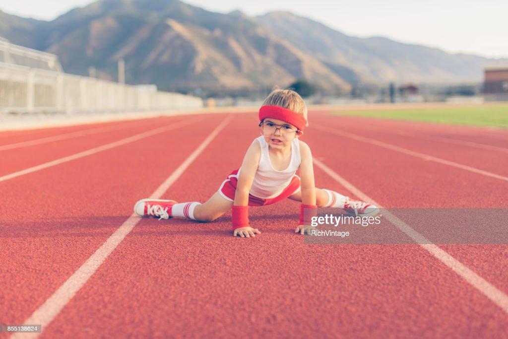 Rapaz jovem retrô Fitness alongamento : Foto de stock