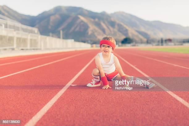 Muchacho joven Retro Fitness Estiramientos