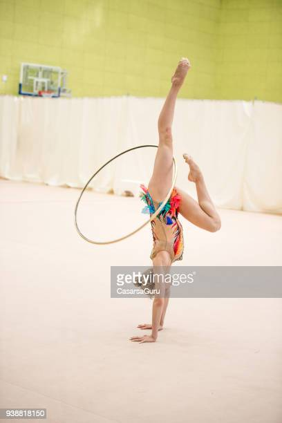 Gymnastique rythmique jeune athlète attraper le cerceau avec jambes