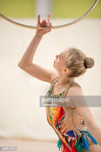 Gymnastique rythmique jeune athlète danse avec cerceau