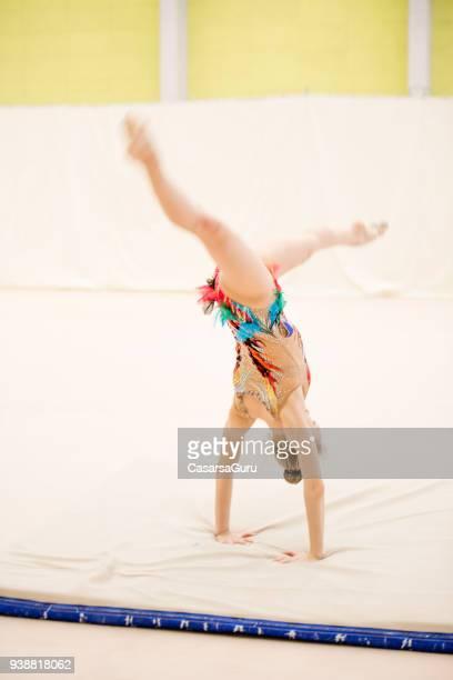 gymnastique rythmique jeune athlète pratiquant le - gymnastique au sol photos et images de collection