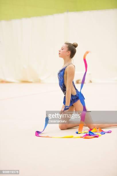 Gymnastique rythmique jeune athlète pratiquant avec ruban