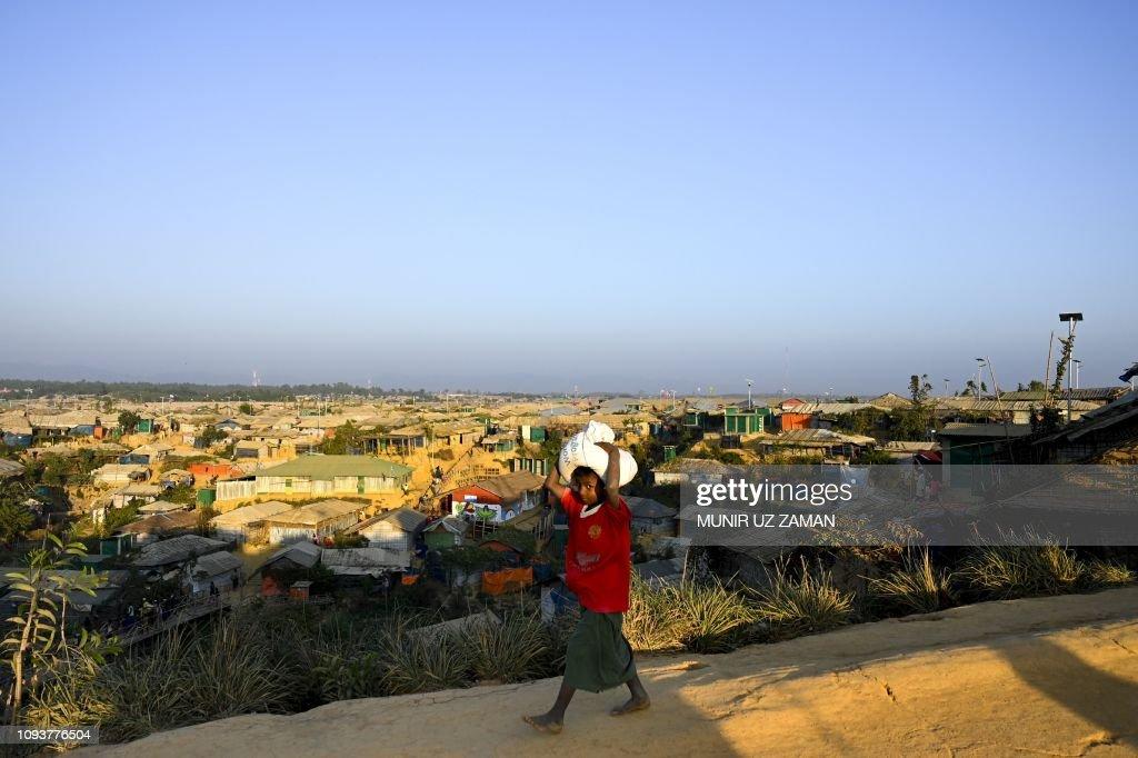 TOPSHOT-BANGLADESH-MYANMAR-REFUGEE : News Photo