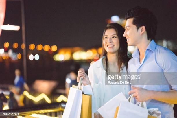 Romantische Pärchen Enjoing Stadt am Wasser in der Nacht