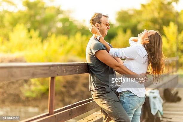 Junge Romantisches Paar Spaß im Freien
