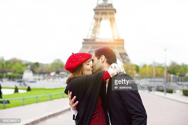 Junge Romantisches Paar Küssen nahe dem Eiffelturm in Paris