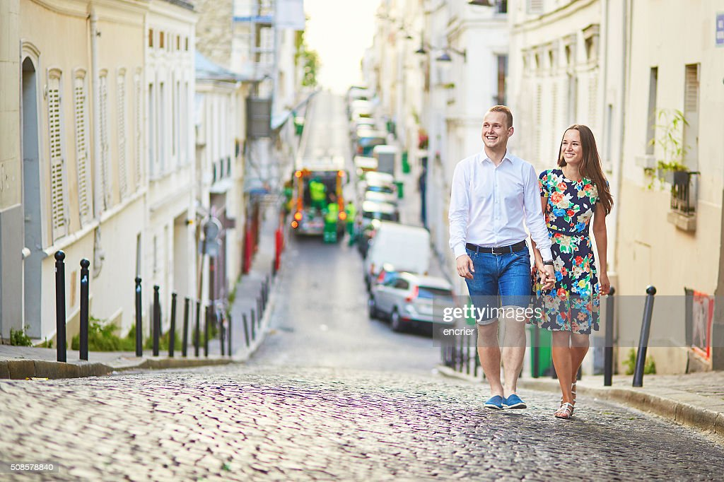 Young romantic couple walking on Montmartre : Stockfoto