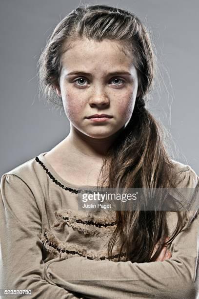 young sad brown haired girl - cadrage à la taille photos et images de collection