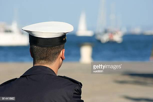 Jeune marin dans le port