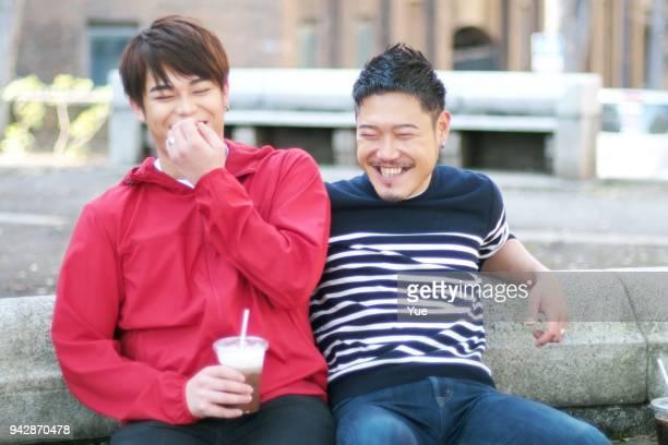 若い同性カップル公園での日付 - ゲイ ストックフォトと画像