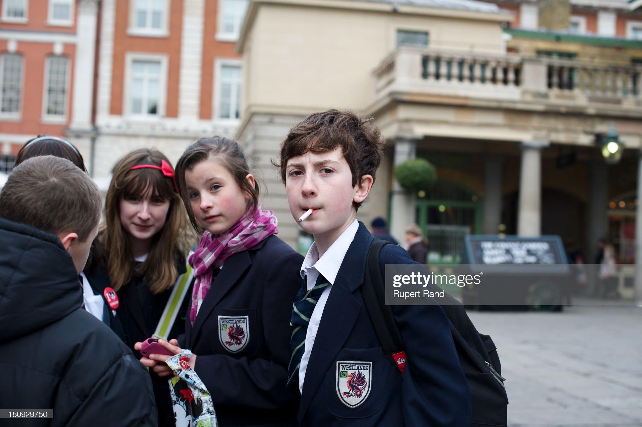 Schoolboy smoking : News Photo