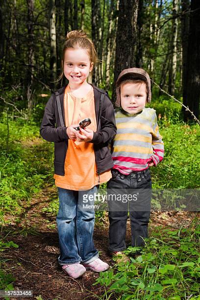 junge scouts, kinder im wald, porträt - pfadfinder stock-fotos und bilder