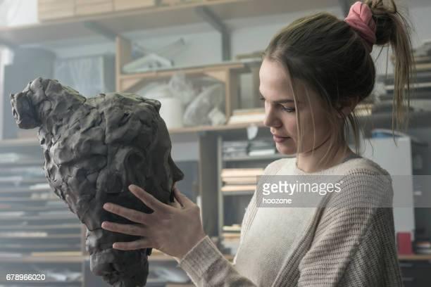 若い彫刻家粘土彫刻を作成します。 - 彫刻家 ストックフォトと画像