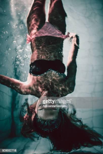 Junge sinnliche weibliche liegen im Schwimmbad und posiert
