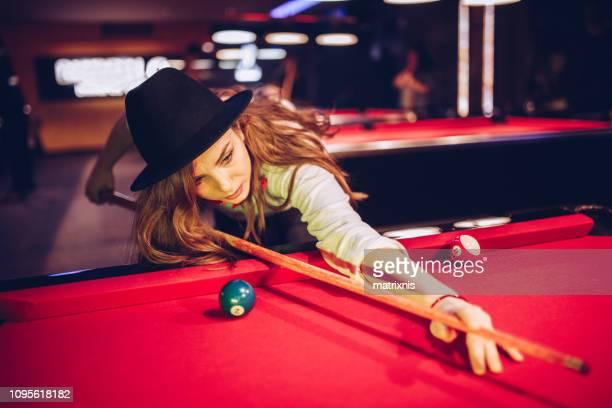 junge sinnliche frau billard spielen - poolbillard billard stock-fotos und bilder