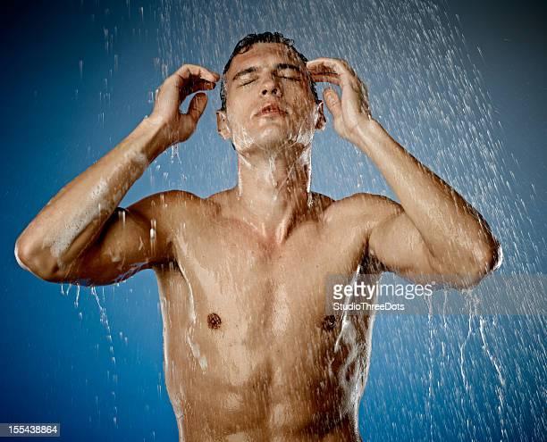 男性が若いセクシーなシャワー