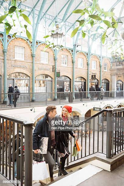 young shopping couple on stairway in covent garden, london, uk - covent garden - fotografias e filmes do acervo