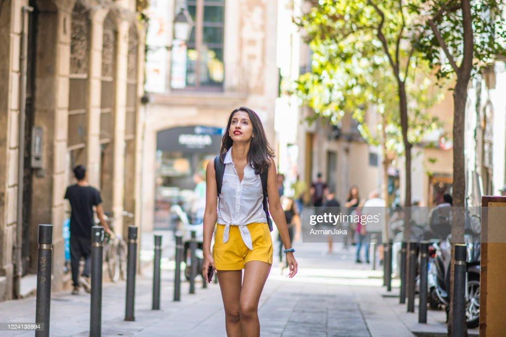 夏にバルセロナのサイドストリートを楽しむ若い観光客 : ストックフォト