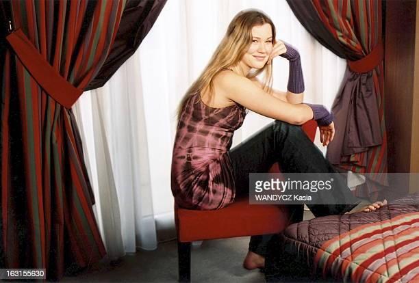 Young Singer Joss Stone In Paris Attitude souriante de Joss STONE jeune chanteuse de soul de 16 ans en jeans pieds nus assise dans sa chambre de...