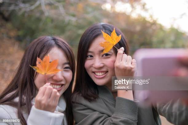 Junge Schwestern Aufnahme Selfie mit abgefallenen Blättern