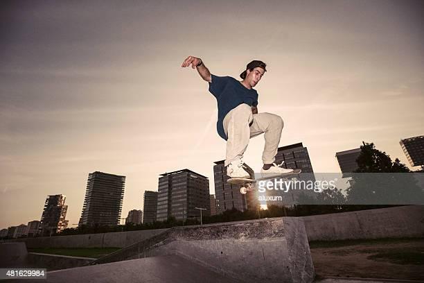 joven saltar monopatinador - skate fotografías e imágenes de stock