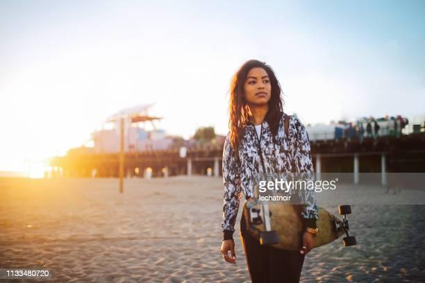 giovane skateboarder sulla spiaggia di santa monica a los angeles, california - santa monica los angeles foto e immagini stock