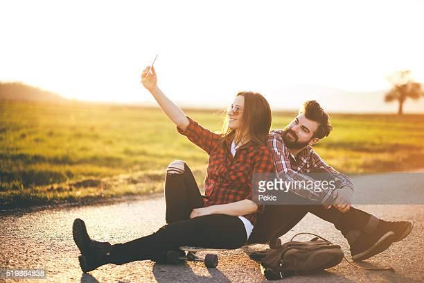 Les jeunes skateurs posant et prendre un selfie avec téléphone portable