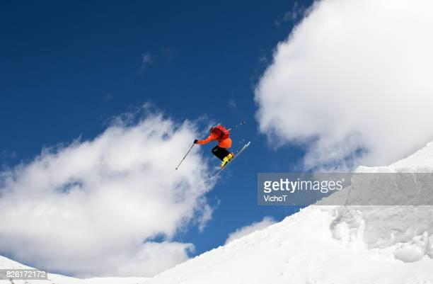 若いスキー バックカントリー山でジャンプ大きな空気を作る選手