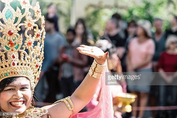 Jovem sorridente Mulher asiática na cabeça de decoração dourada