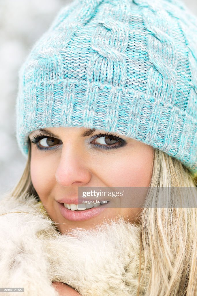 Niña caucásica joven sonriente mirando a la cámara : Foto de stock