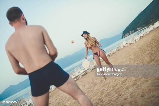 Jeune Couple jeu Beach Tennis Paddle Ball en souriant et grand moment