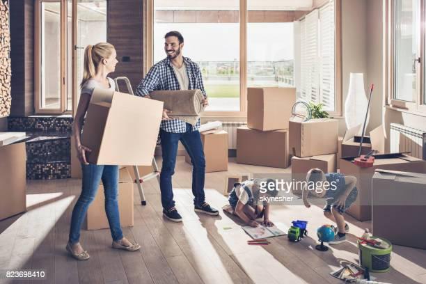 Jeune souriant famille emménager dans un nouvel appartement.