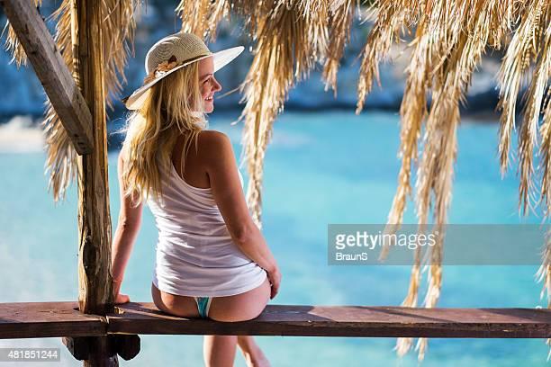 Joven sonriente mujer disfrutando durante sus vacaciones de verano.