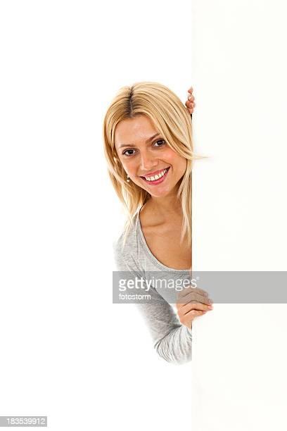 Jeune femme souriante tenant vierge Panneau d'affichage