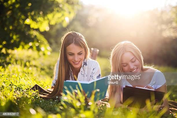 Mujer joven sonriente relajante en la naturaleza y el estudio.