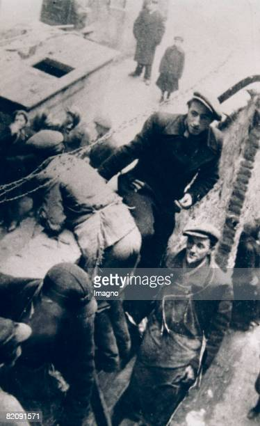 Young smugglers climbing over the wall of the ghetto in Warsaw Around 1942 Photography [Junge Schmuggler beim berklettern der Ghettomauer im Ghetto...