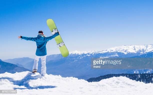 jonge snowboarder vrouw - wintersport stockfoto's en -beelden