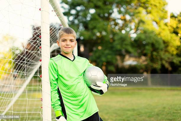 young soccer goalie stands holding ball - 10 11 jaar stockfoto's en -beelden