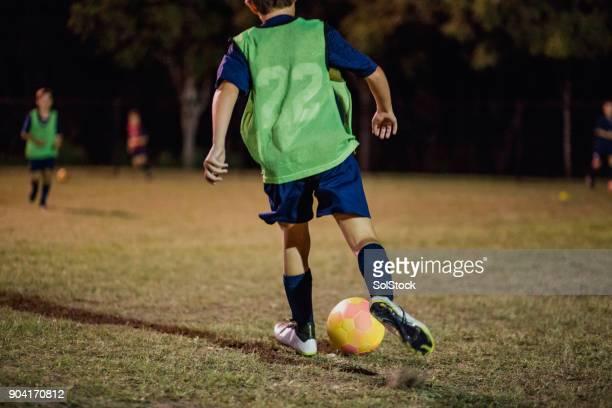young jugador de fútbol - campamento de entrenamiento deportivo fotografías e imágenes de stock