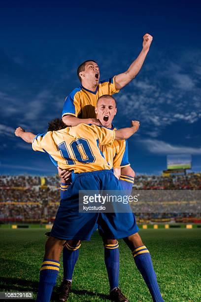 Young Soccer Players celebrando un gol