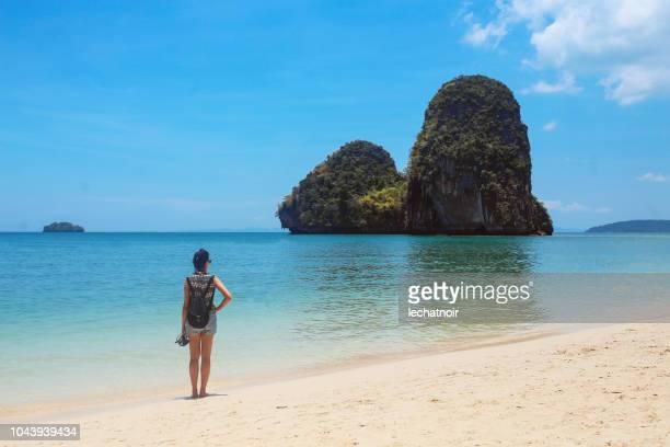 junge solo-reisende frau am beliebten railay strand in thailand - railay strand stock-fotos und bilder