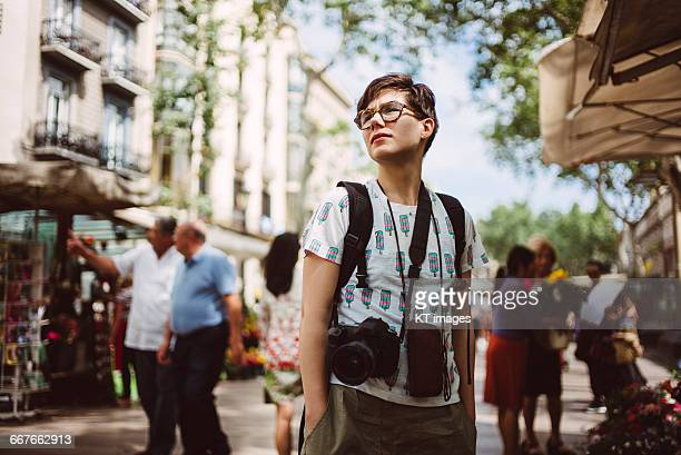 young solo traveller - personas en el fondo fotografías e imágenes de stock