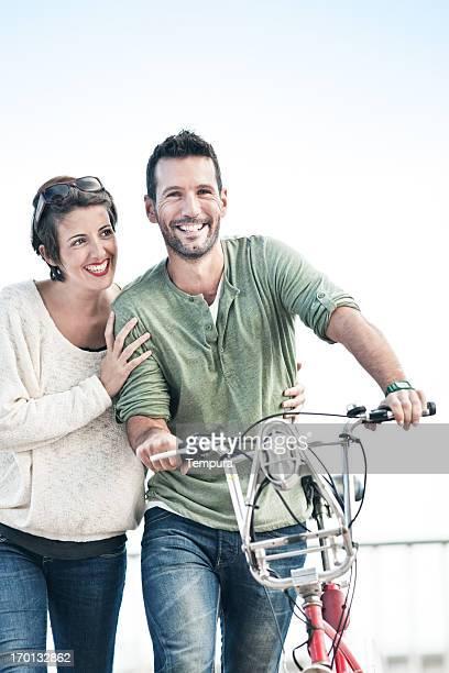 espanhol jovem casal caminhar em barcelona. - adulto de idade mediana imagens e fotografias de stock