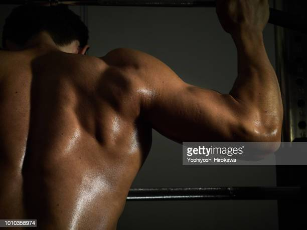 young sports trainer coach teaches workout. - 選手  ストックフォトと画像