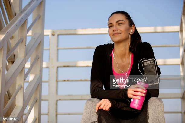 Jeune femme au repos après la séance de sport