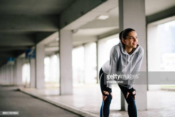 Jóvenes deportes aire libre de entrenamiento mujer