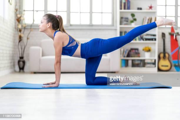 jeune femme attirante sportive pratiquant le yoga, faisant l'exercice de coup d'âne - fesses femme gros plan photos et images de collection